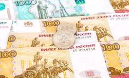Os rublos de russo inventam o encontro sobre cédulas diferentes da moeda Imagens de Stock Royalty Free