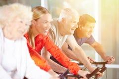 Os sêniores dão certo no fitness center fotografia de stock royalty free