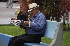 Os sêniores de Brasil preferem ler o jornal foto de stock royalty free