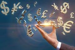 Os símbolos da libra e do yuan do Euro do dólar voam fora do móbil Fotografia de Stock Royalty Free