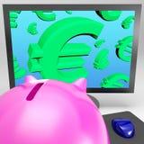Os símbolos do Euro no monitor mostram o crescimento monetário europeu Imagens de Stock