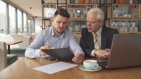 Os sócios comerciais discutem algum projeto no café fotos de stock