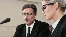 Os sócios comerciais discutem os detalhes do contrato video estoque