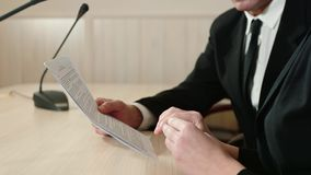 Os sócios comerciais discutem os detalhes do contrato, close-up das mãos, vista lateral video estoque