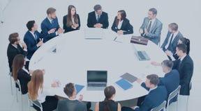 Os sócios comerciais e as equipes de trabalho conduziram uma discussão no th fotos de stock