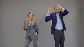 Os sócios comerciais são dançar, marcando um negócio bem sucedido Isolado vídeos de arquivo