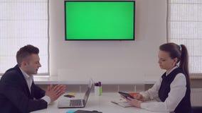 Os sócios comerciais têm a conversa de circunstância vídeos de arquivo