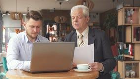 Os sócios têm a reunião de negócios no café fotografia de stock
