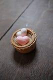 Os sabões da forma do coração com palavra 'amam' no fundo de madeira Fotos de Stock Royalty Free