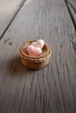 Os sabões da forma do coração com palavra 'amam' no fundo de madeira Imagens de Stock Royalty Free