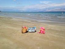 Os sacos coloridos na areia encalham, vacation, verão imagem de stock royalty free