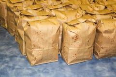 Os sacos de Brown encheram-se com a pipoca pronta para a venda do fundraiser foto de stock