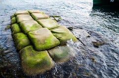 Os sacos do geotêxtil encheram-se no local com a areia para a costa litoral ou a proteção do rio imagem de stock