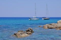 Os Sailboats amarraram no mar bonito de Sardinia Foto de Stock