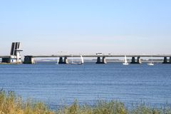 Os Sailboats estão passando uma ponte Imagem de Stock Royalty Free