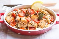 Os salmões cozeram com sésamo, tomates e abobrinha Fotografia de Stock Royalty Free