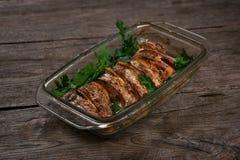 Os salmões cozeram no forno com limão e as ervas frescas Imagens de Stock