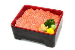 Os salmões don: Salmon Sashimi cortado fresco na caixa do arroz isolada sobre Imagem de Stock Royalty Free