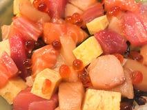 os salmões e o hamaji do sashimi pescam com salmões do ovo Foto de Stock