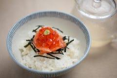 Os salmões e o ikura (caviar vermelho) Ochazuke Fotografia de Stock