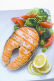 Os salmões frescos cozinharam com salada Imagem de Stock Royalty Free