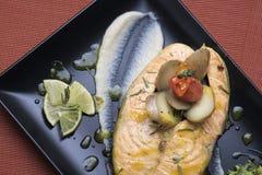 Os salmões frescos serviram com batatas e puré vegetal caçados 10 Imagens de Stock