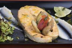 Os salmões frescos serviram com batatas e puré vegetal caçados 2 Fotos de Stock Royalty Free