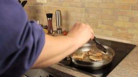 Os salmões fritam em uma bandeja, cozimento home video estoque