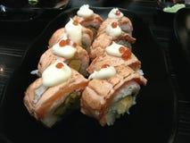 os salmões rolam e grelharam o sushi, alimento japonês, Japão Imagens de Stock