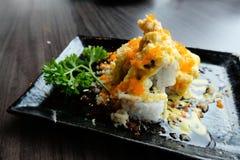 Os salmões rolam o sushi com a farinha friável e o molho do wasabi com coentro Fotografia de Stock