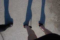 Os saltos altos e a mini saia na rua, a fala das mulheres e os homens, dea Fotografia de Stock