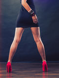 Os saltos altos vermelhos cravaram sapatas nos pés fêmeas 'sexy' Foto de Stock