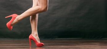 Os saltos altos vermelhos cravaram sapatas nos pés fêmeas 'sexy' Imagem de Stock Royalty Free