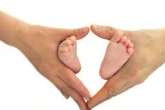 Os saltos das crianças nas mãos de um adulto Fotografia de Stock Royalty Free