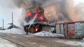 Os salvadores extinguem um fogo na vila video estoque