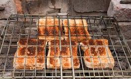 Os sanduíches do queijo brindaram sobre carvões imagens de stock royalty free