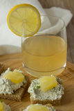 Os sanduíches do queijo do fazendeiro com abacaxi e suco em de madeira plat Foto de Stock