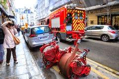 Os sapadores-bombeiros chegaram na chamada de emergência, Paris Foto de Stock