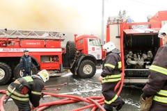 Os sapadores-bombeiros extinguem um restaurante ardente Fotografia de Stock