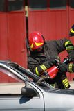 Os sapadores-bombeiros livraram um ferido prendidos no carro após um acci do tráfego Fotos de Stock