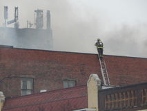 Os sapadores-bombeiros lutam a chama fotos de stock royalty free