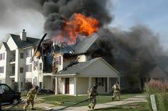 Os sapadores-bombeiros lutam um incêndio do apartamento Imagem de Stock Royalty Free