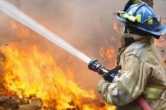 Os sapadores-bombeiros lutam um incêndio violento Imagem de Stock