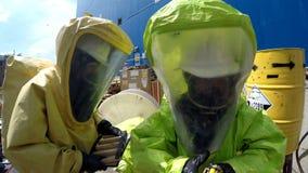 Os sapadores-bombeiros preparam-se ao escape de selagem de materiais tóxicos corrosivos perigosos imagem de stock royalty free