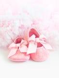 Os sapatinhos de lã do bebê cor-de-rosa Imagem de Stock