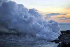 Os scapes cênicos bonitos da ilha grande de vulcões, de montanhas, de oceano, e de pores do sol de Havaí imagem de stock royalty free