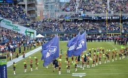 Os Seattle Seahawks tomam o campo Fotografia de Stock Royalty Free