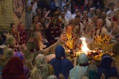 Os seguidores de Krishna da lebre fazem o oferecimento em um templo Fotografia de Stock Royalty Free