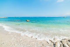 Os seixos e a turquesa brancos molham na praia de Marina Grande Foto de Stock Royalty Free