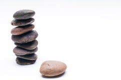 Os seixos equilibram, arranjo no fundo branco Foto de Stock Royalty Free